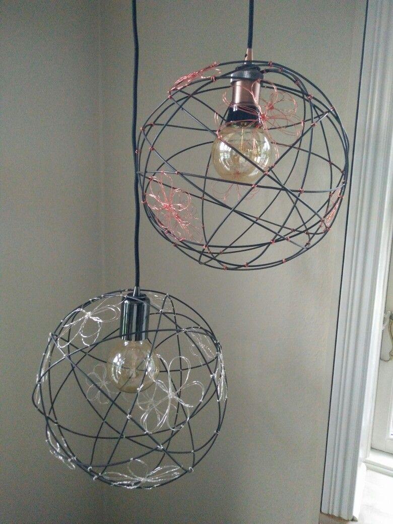 Lampe i jerntråd med blomster i sølv eller kobber. Incl. glødepære.  Ø30 cm.