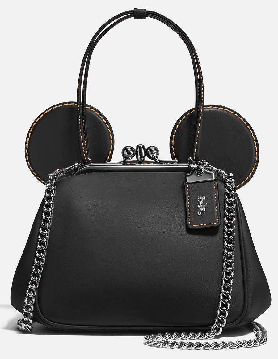 A marca Coach lança essa semana uma parceria com a Disney, com bolsas,  carteiras, jaquetas, chaveiros e bonecos de couro, além de camisetas. e95b74601e