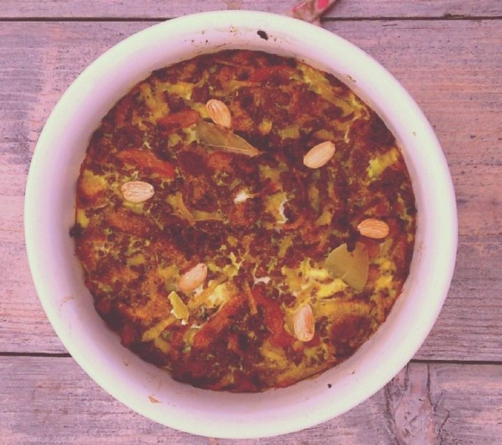 Boboti; with ground beef, eggs, raisins, nutmeg, almonds, laurel, curry powder, onion, milk, breadcrumbs, garlic, kurkuma