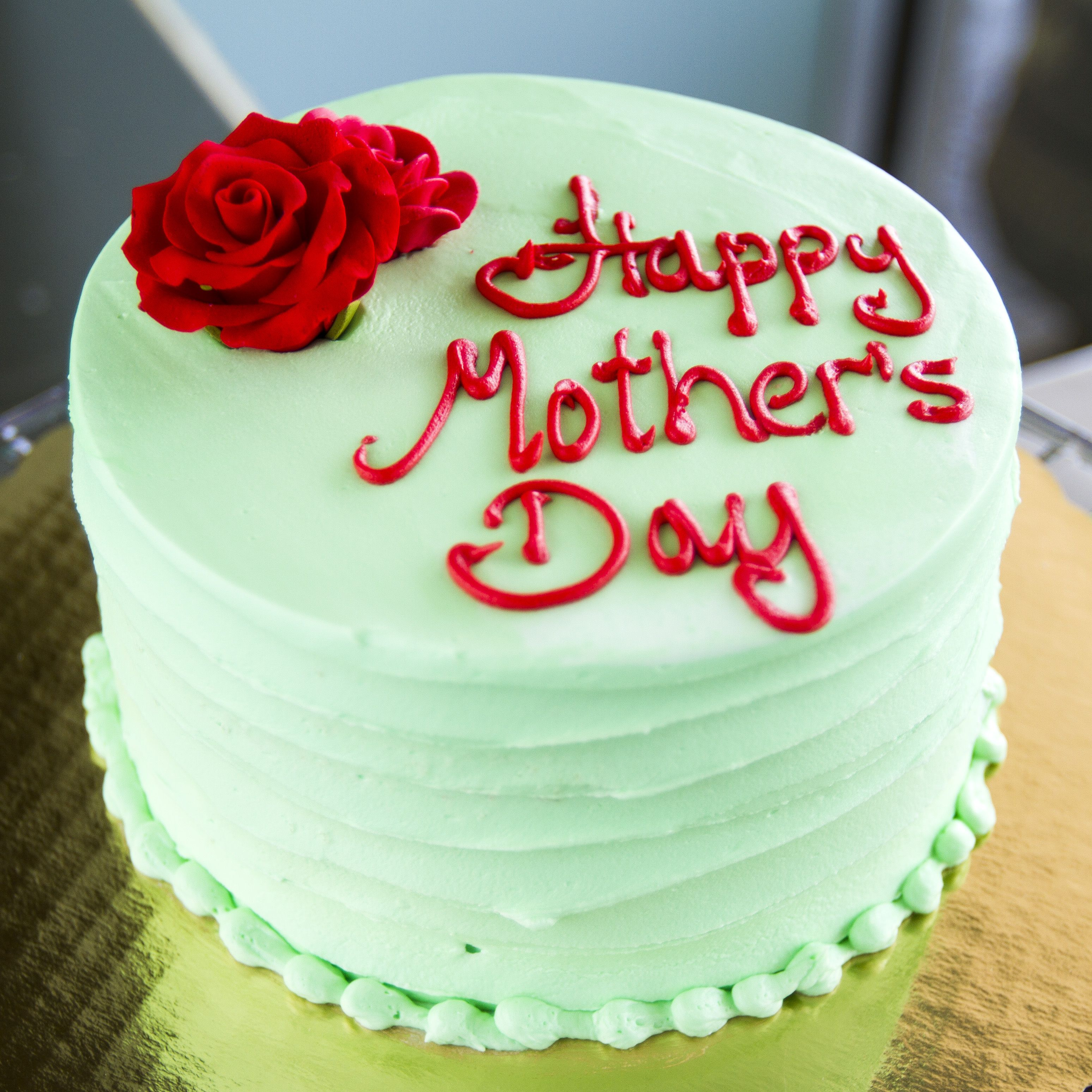 A Green Mothers Day Cake With Lovely Red Roses 002