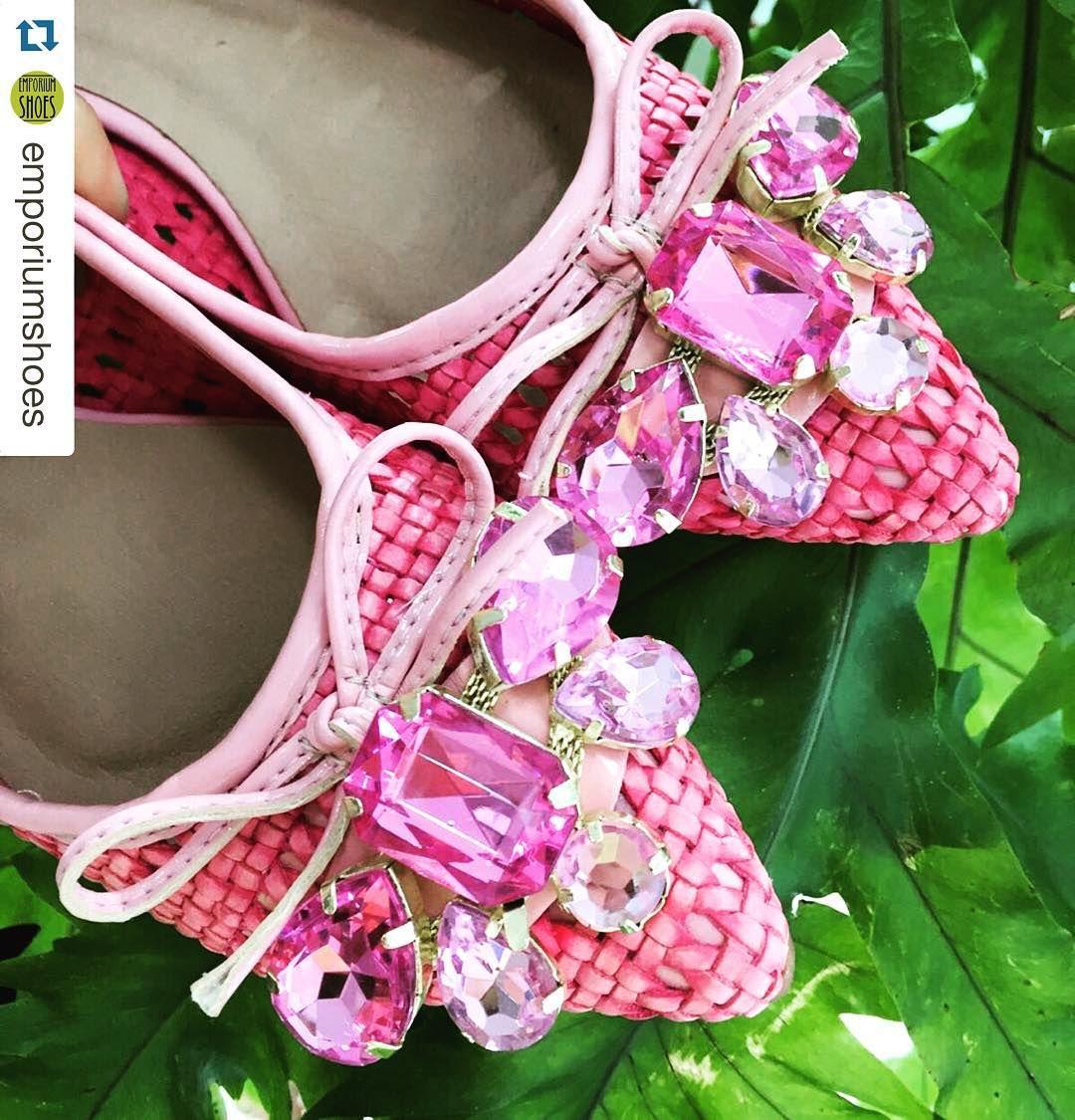 """""""#Repost @emporiumshoes with @repostapp. ・・・ Sapatilha super confortável e uma cor incrível!  @sandaliasindaia"""""""