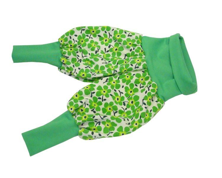 Lässig leichte Sommer-Pluderhose aus weißem Vintagestoff mit grünen Retroblumen. Weiter, sehr bequemer Schnitt. Die langen Fußbündchen und der extr...