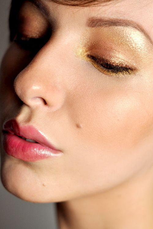 Trendi 2. Metallit meikissä.  Kevyt kultameikki näyttää ihanan raikkaalta, mutta kimaltaa silti. Glitterharakan kepeää päiväunelmointia varten tämä meikki. Kulmat jättäisin luonnollisemmiksi, mutta kokeilisin kahta eri metallia rajauksissa kuvan tapaan. Kokeile myös kulta-hopea yhdistelmää. Kultaa alas, hopeaa ylös! Tai toisinpäin :)