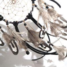 Dreamcatcher/ attrape rêves noir et blanc en liberty aux motifs graphiques, plumes de faisan et perles