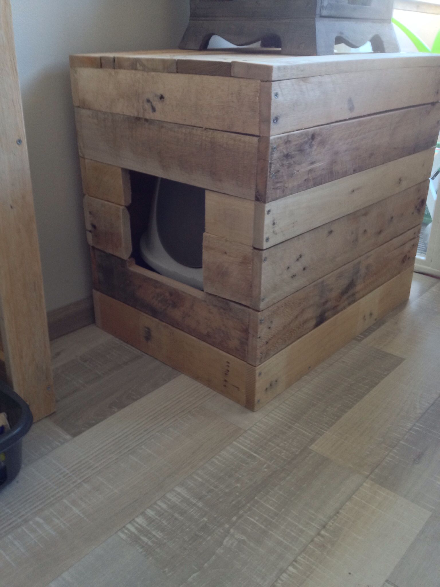 Litter Box Diy Concealed Using Pallets Hiding Cat Litter Box