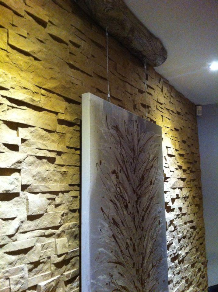 Toile suspendue sur câble d'acier , bois flotté sur fond de mur en pierre