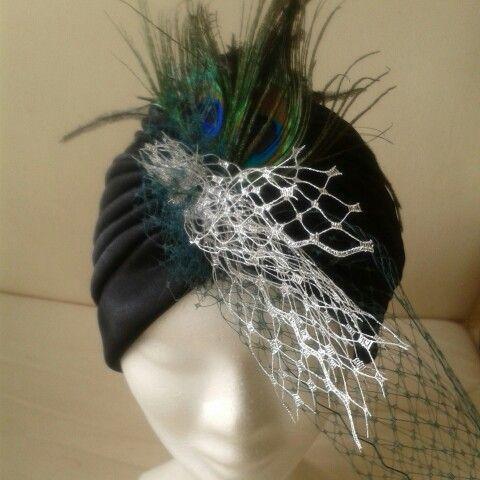 turbante con plumas de pavo real y tul