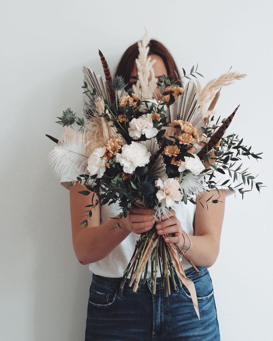 """️ WILD DAISY WEDDING ️ on Instagram: """"Happy Sunday ihr lieben ⠀⠀⠀⠀⠀⠀⠀⠀⠀ ⠀⠀⠀⠀⠀⠀⠀⠀⠀ #brautstrauss #brautblumen #eukalyptus #eukalyptusliebe #wilderbrautstrauß #bohobride…"""""""