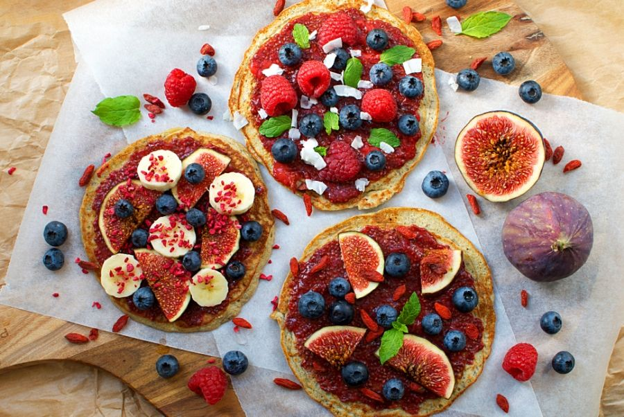 Okay, I might as well just start by saying that no, these do not have much to do with actual pizzas -they are more like a healthy, fruity breakfast version of pizzas, kinda. Haha as you probablyhave noticed by now I am absolutely awful at abusingfood terms, but I just can't help it - panca....