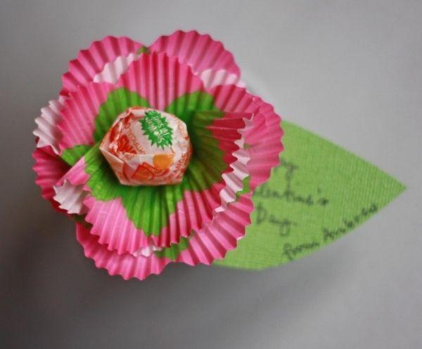 Valentinstag, Kinder, Spaß Blumenkuchenzwischen Lutscher