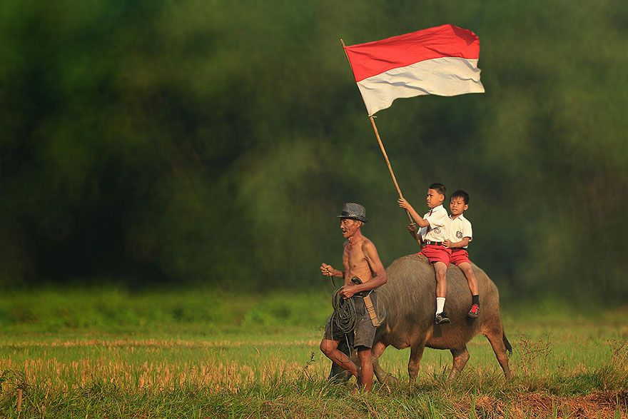 Everyday Life In Indonesian Villages Captured By Herman Damar Indonesia Flag Village Photography Beautiful Moments