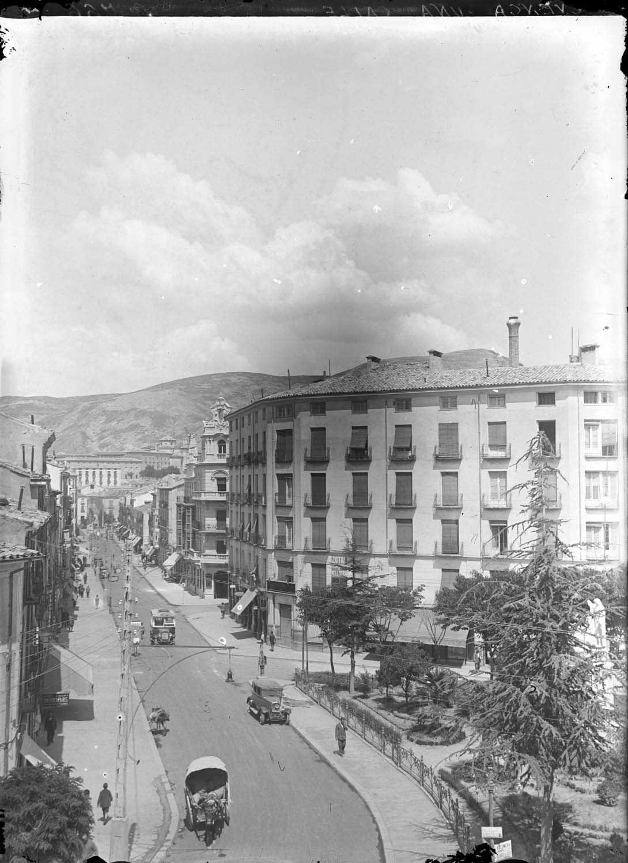 Una calle (Cuenca)  Vista de una calle, con varios vehículos circulando. http://aleph.csic.es/F?func=find-c&ccl_term=SYS%3D000088731&local_base=ARCHIVOS