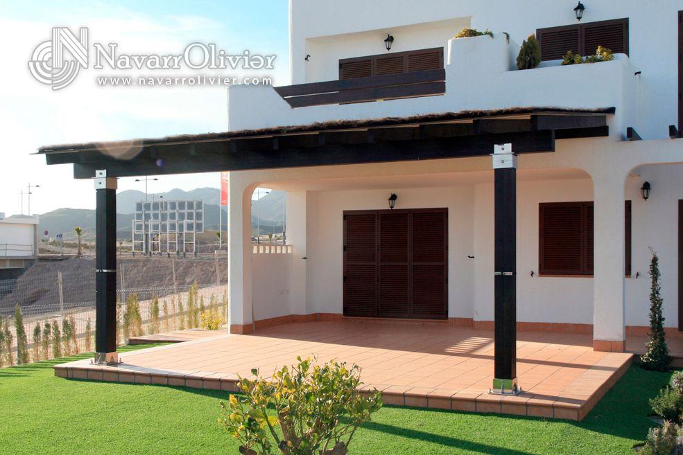 Pérgola adosada en color wengue con herrajes de acero inoxidable, con cubierta de brezo by navarrolivier.com