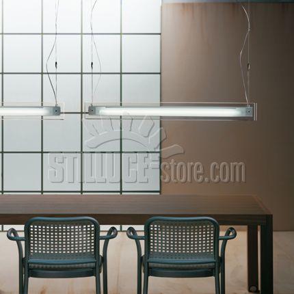 De Majo Thin, lampada a sospensione disponibile in diversi modelli. Lastra in cristallo extrachiaro con fascia sabbiata. Montatura in metallo laccato grigio artico con particolari cromati.