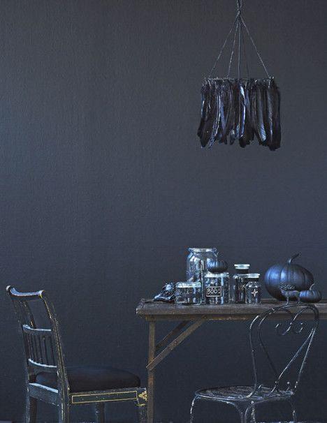 Näin teet itse lampunvarjostimen mustista sulista.