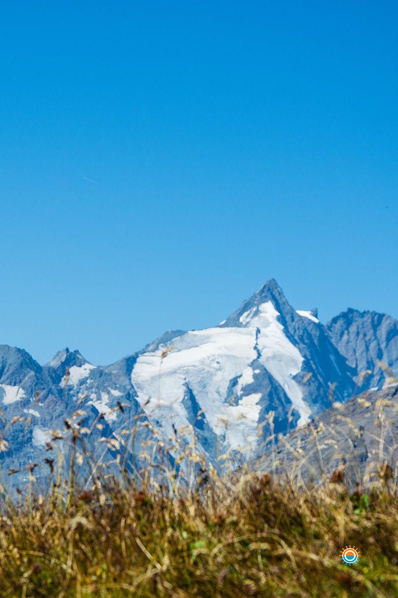 Een adembenemend uitzicht op de Großglockner. De Geotrail wandelroute begint direkt bij het bergstation je hebt hier een adembenemend uitzicht op de vele drieduizenders. Meer Info:http://www.aktivtrip.net/5415-2/