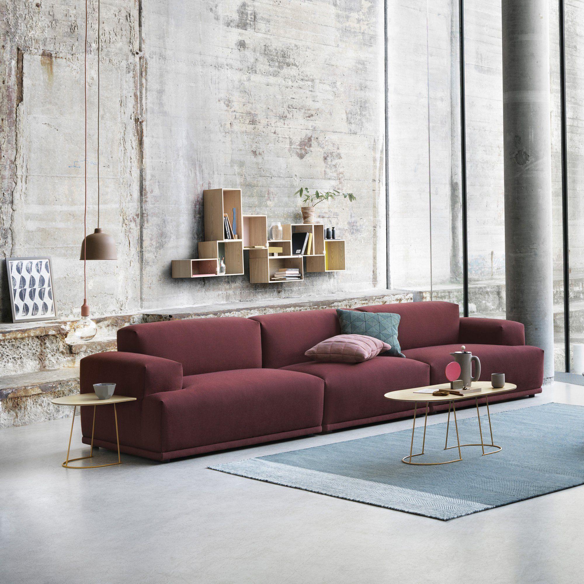 Un Canapé Bordeaux Droit Places Avec Coussins Pâles Pour Une - Canapé 3 places pour deco site