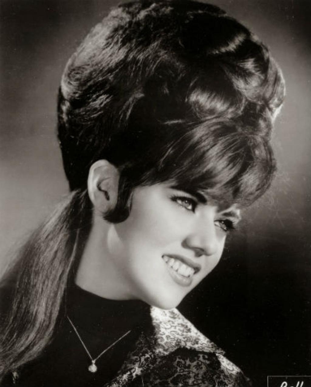 15 coiffures des années 60 qui défiaient les lois de la