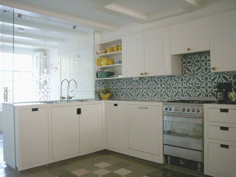 Kitchen   grachtenpand Amsterdam   Emma architecten   patroon doorgezet op glaswand   wandtegels
