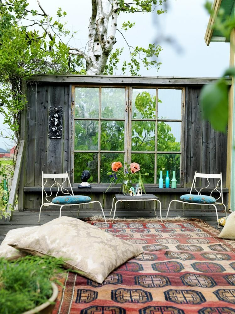 levegg denne uteplassen har f tt en vegg med gamle vinduer ut mot en ker teppet og gulvputene. Black Bedroom Furniture Sets. Home Design Ideas