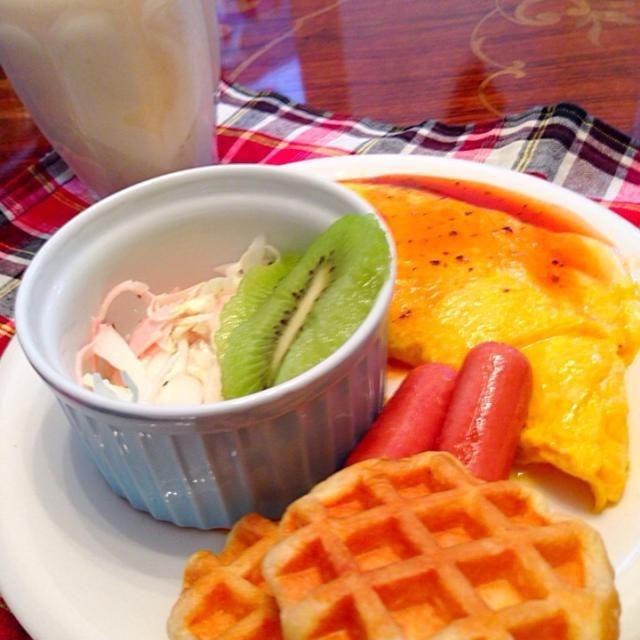 休日の朝御飯 - 6件のもぐもぐ - ・チーズオムレツ・ウインナー・コールスローサラダ・キウイフルーツ・ワッフル・バナナシェイク by hmsy0426hmsy