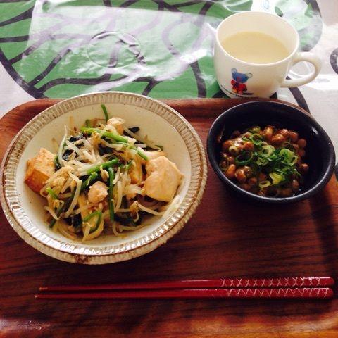朝:もやしと油揚げ・鶏ムネ肉・ほうれん草炒め(味付けに少量の味覇使用)       納豆にうずら卵       無調整豆乳1杯