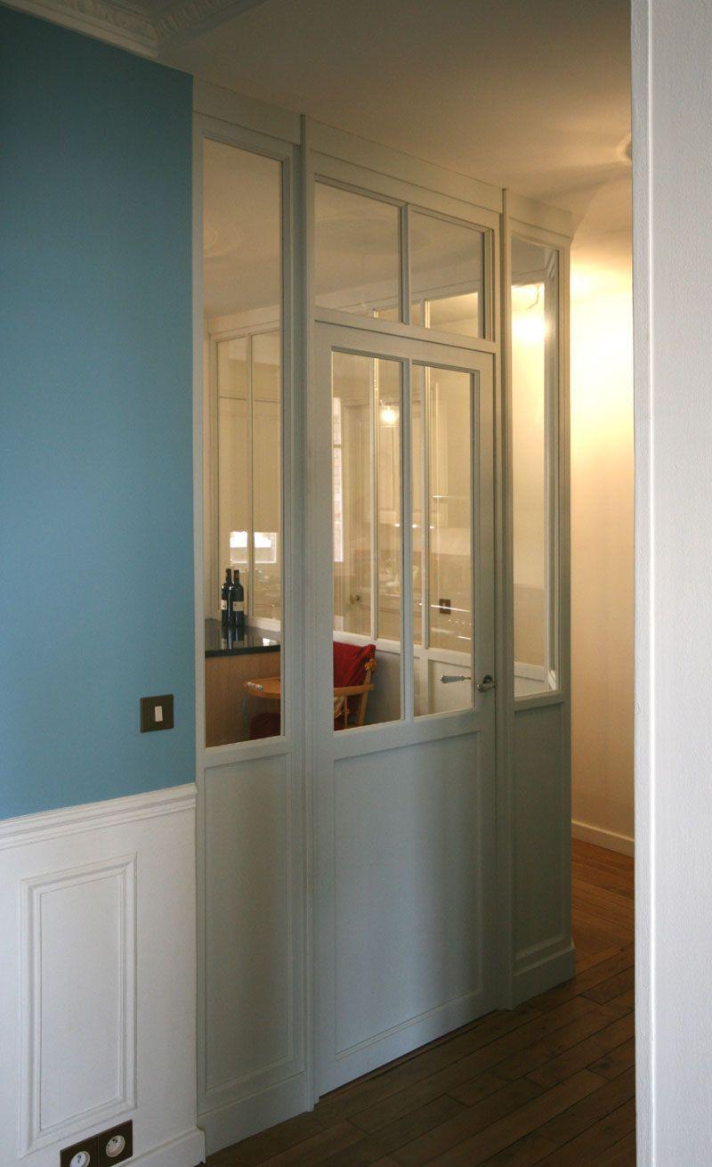 verri re int rieure bois entre une cuisine et un couloir. Black Bedroom Furniture Sets. Home Design Ideas