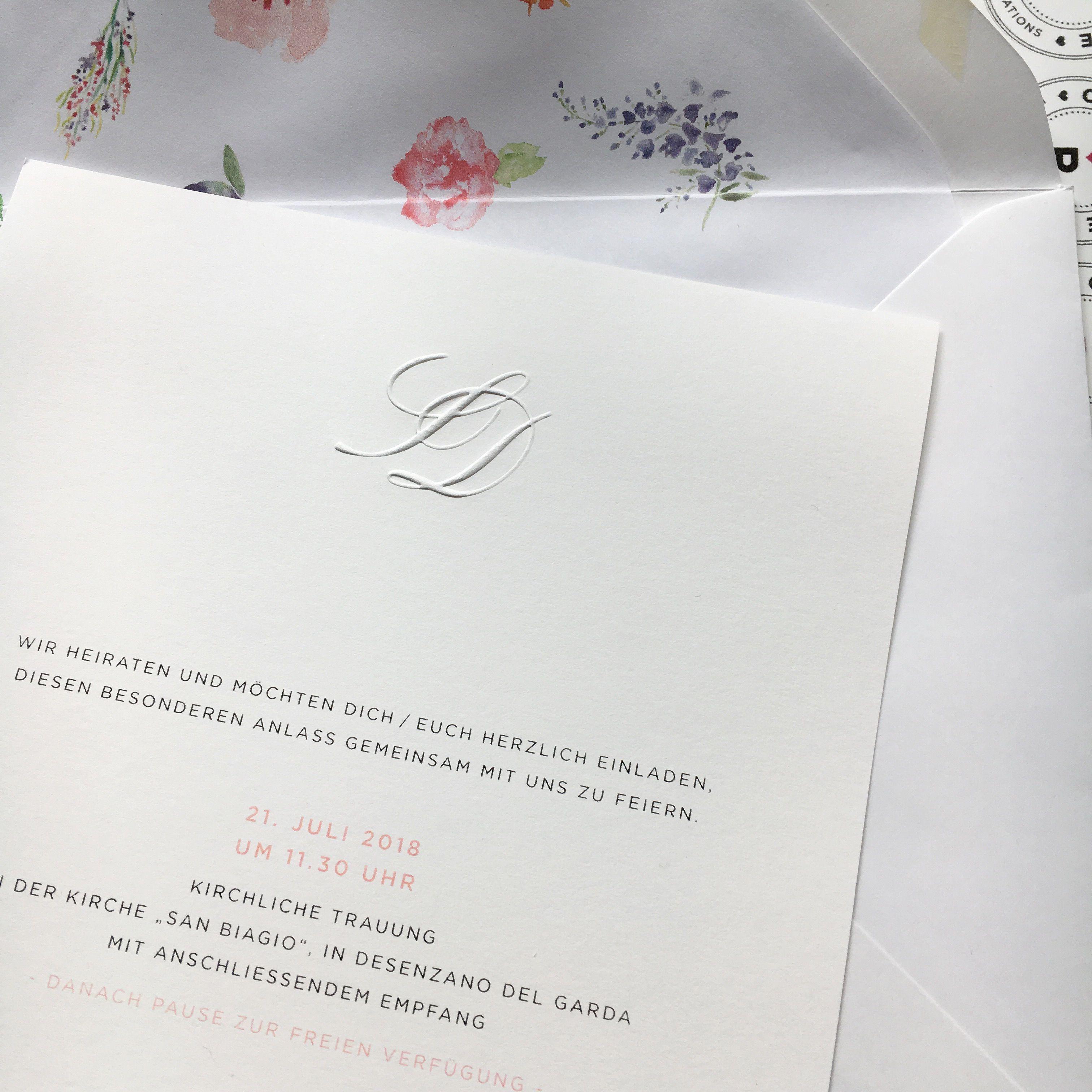Geprägte initialen auf feinstpapier briefumschlag mit geblümten seideninnenfutter einfach schön