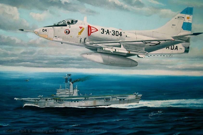 """Halcón marino""""  1° de mayo de 1982, cunde la alarma en la flota! una escuadrilla de Canberras se aproxima y necesita protección, el skyhawk A4-Q 3-A-304 piloteado por el Capitán de Corbeta Alberto Jorge Phillipi se catapulta desde el portaaviones 25 de Mayo (POMA), de sus alas penden 2 misiles sidewinder AIM-9B y en su pilón del medio un tanque de combustible central. Formaba parte de una sección armada de esa manera para protección aérea del portaaviones y sus escoltas."""
