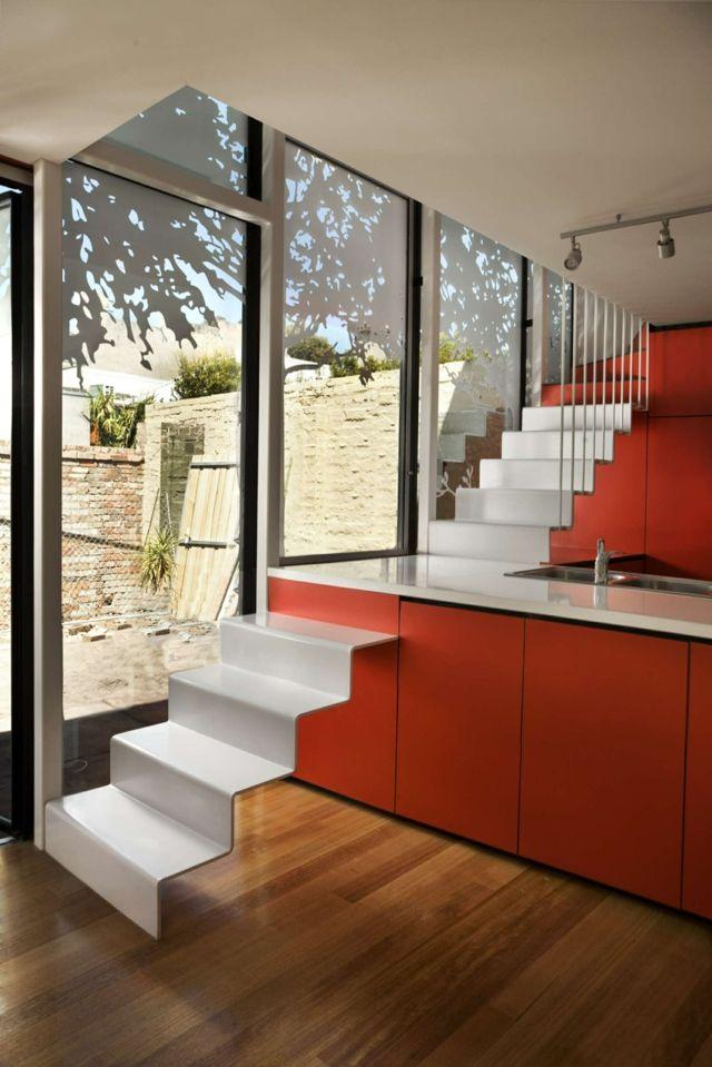 moderne Küche Treppe integriert rote Küchentheke Glasfronten Holz B