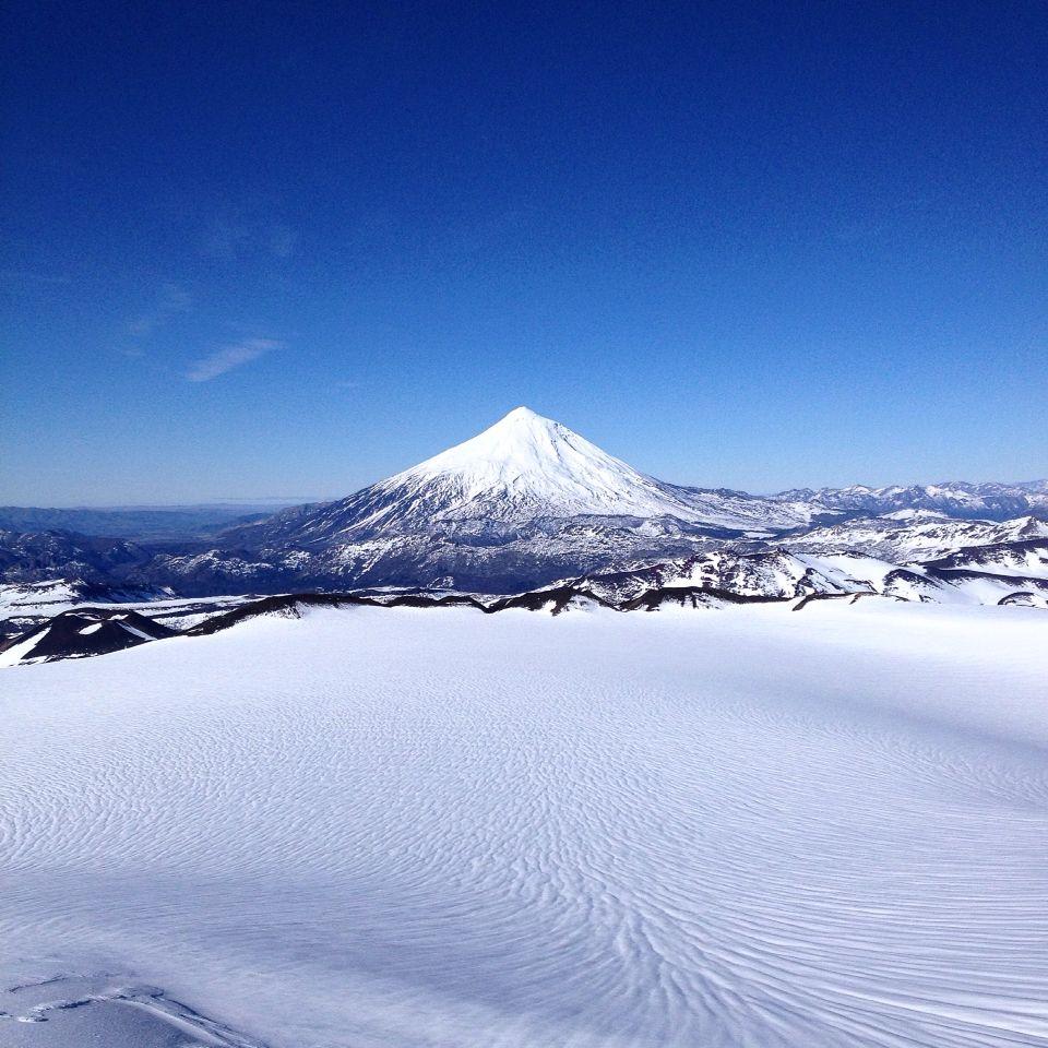 Crater do vulcão Quetrupillán y vista do vulcão Lanin