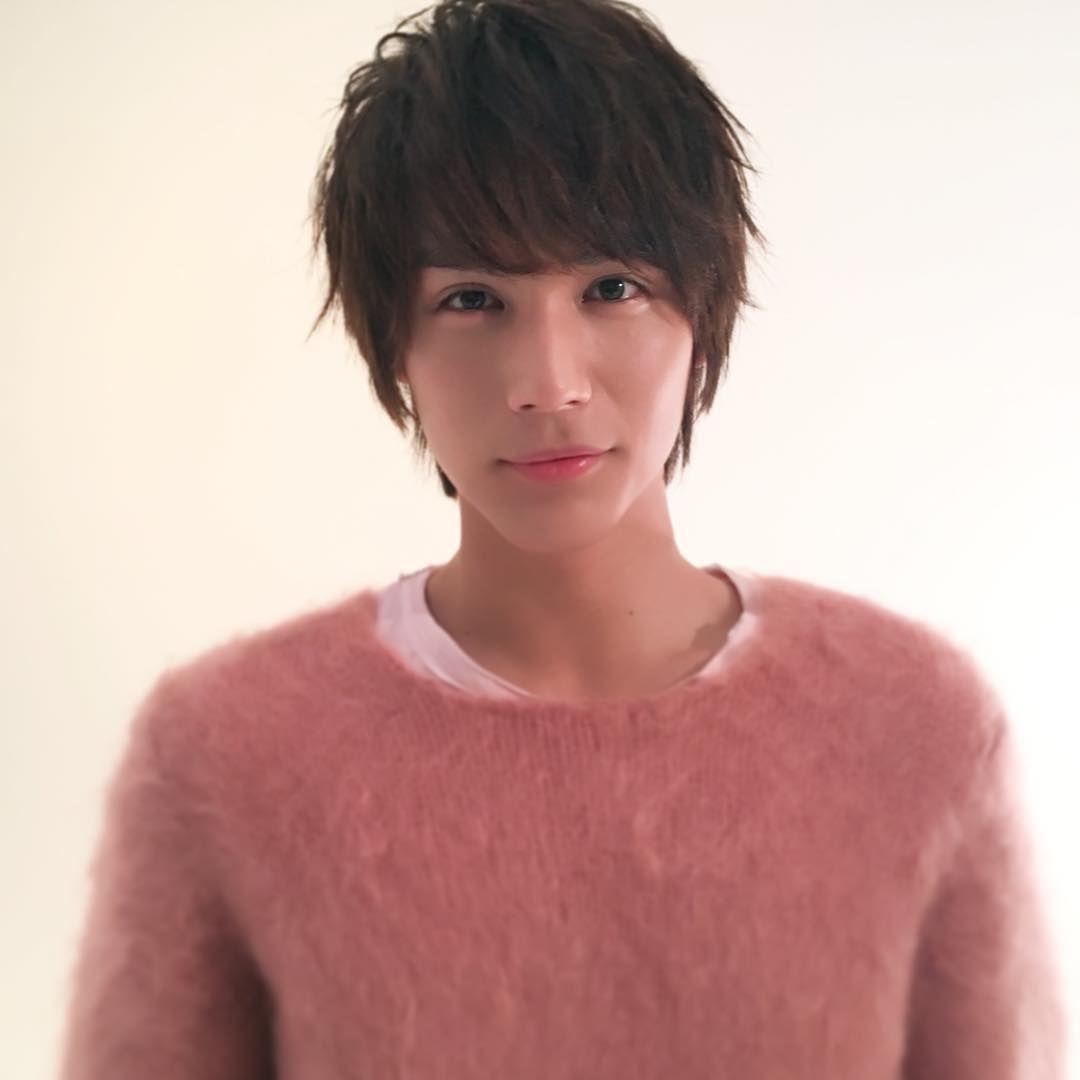 ピンクのニットを着た中川大志