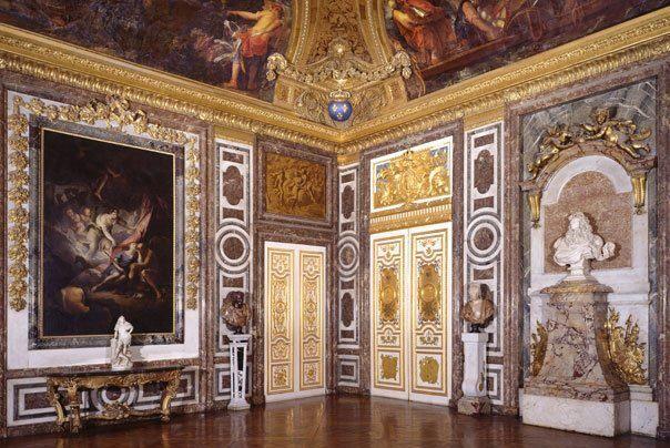 le Salon de Diane, comme le Salon de Vénus, cette pièce permettait  d'accéder au Grand Appartement, et la porte du fond, à dro…   Versailles,  Staircase, Architecture