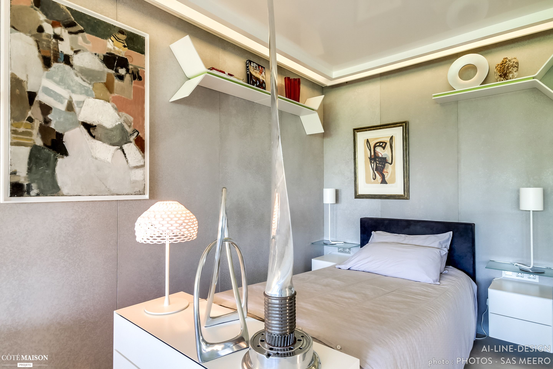Chambre à coucher au lit simple et à la déco originale, décalée. Ambiance douce et cosy.
