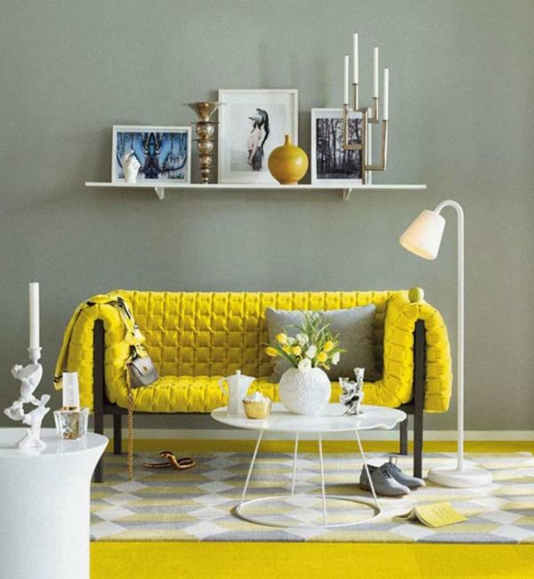 wandfarbe-grau-wohnzimmer-gelbes-sofa - schöner teppich - wohnzimmer orange grau