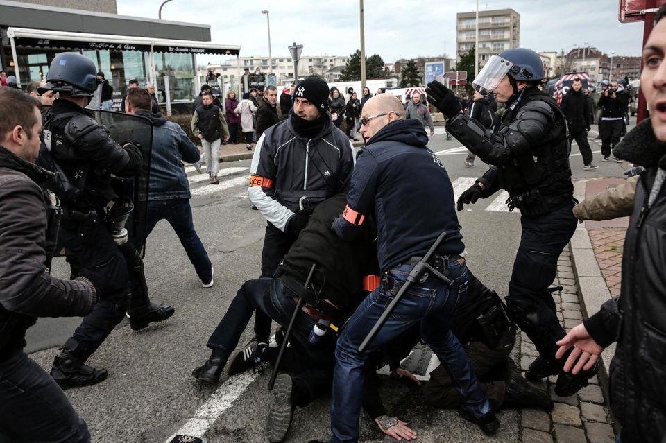 A Calais, «Migrants dehors !», Marseillaise et doigts d'honneur Check more at http://info.webissimo.biz/a-calais-migrants-dehors-marseillaise-et-doigts-dhonneur/