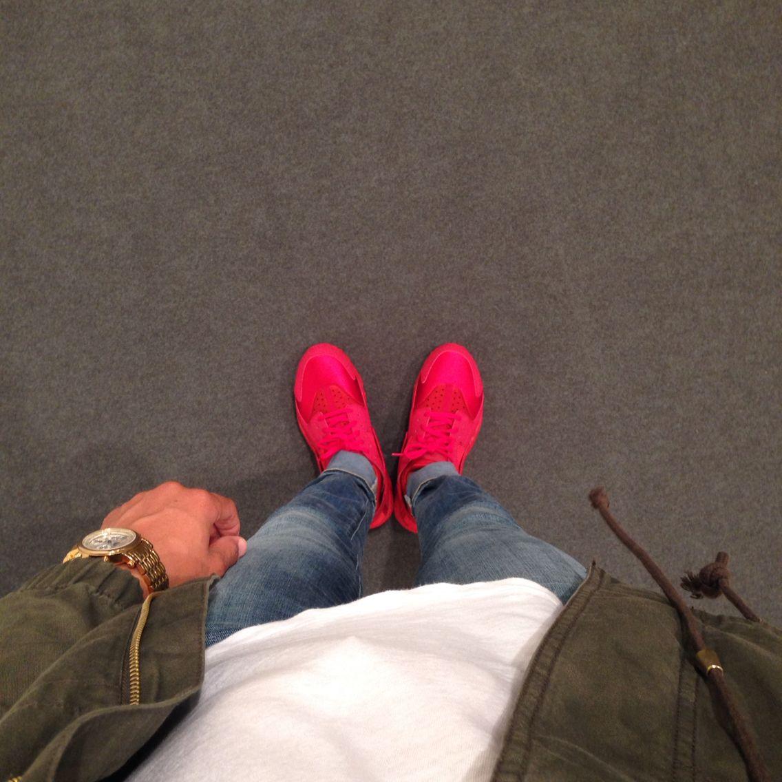 da7dab650e118 Nike Air Women red huaraches outfit.