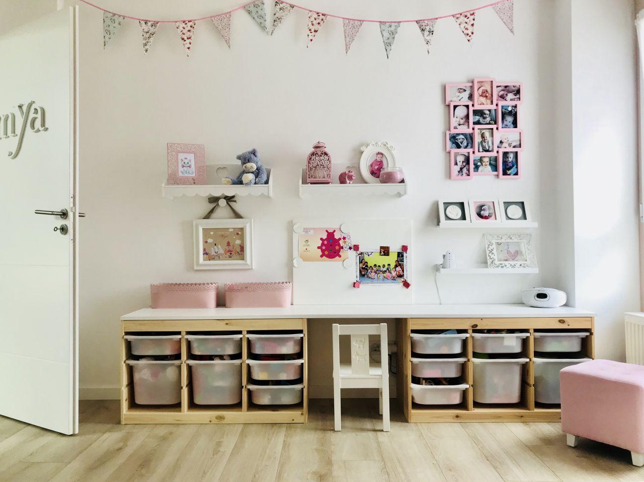 Chambre de notre fille bureau rangements jouets étagères