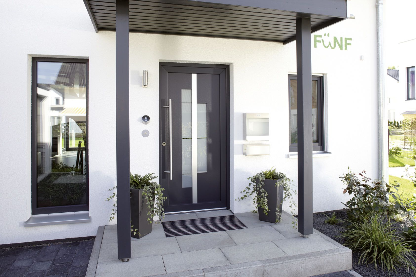 einladend ein dunkles vordach passend zur haust r einfamilienhaus ein haus zum wohlf hlen. Black Bedroom Furniture Sets. Home Design Ideas