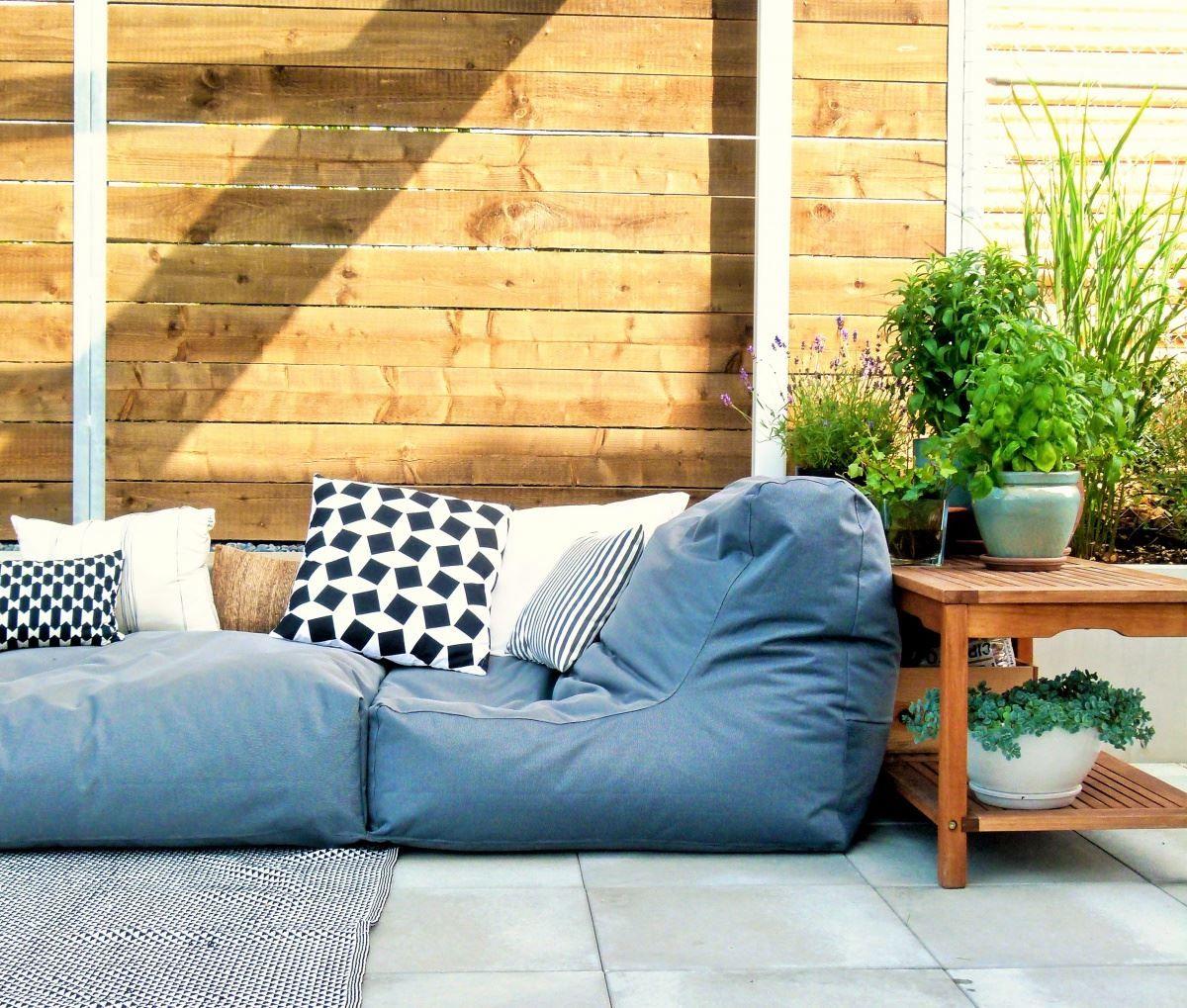 drau en holz kissen liegen sitzen sitzkissen bank. Black Bedroom Furniture Sets. Home Design Ideas