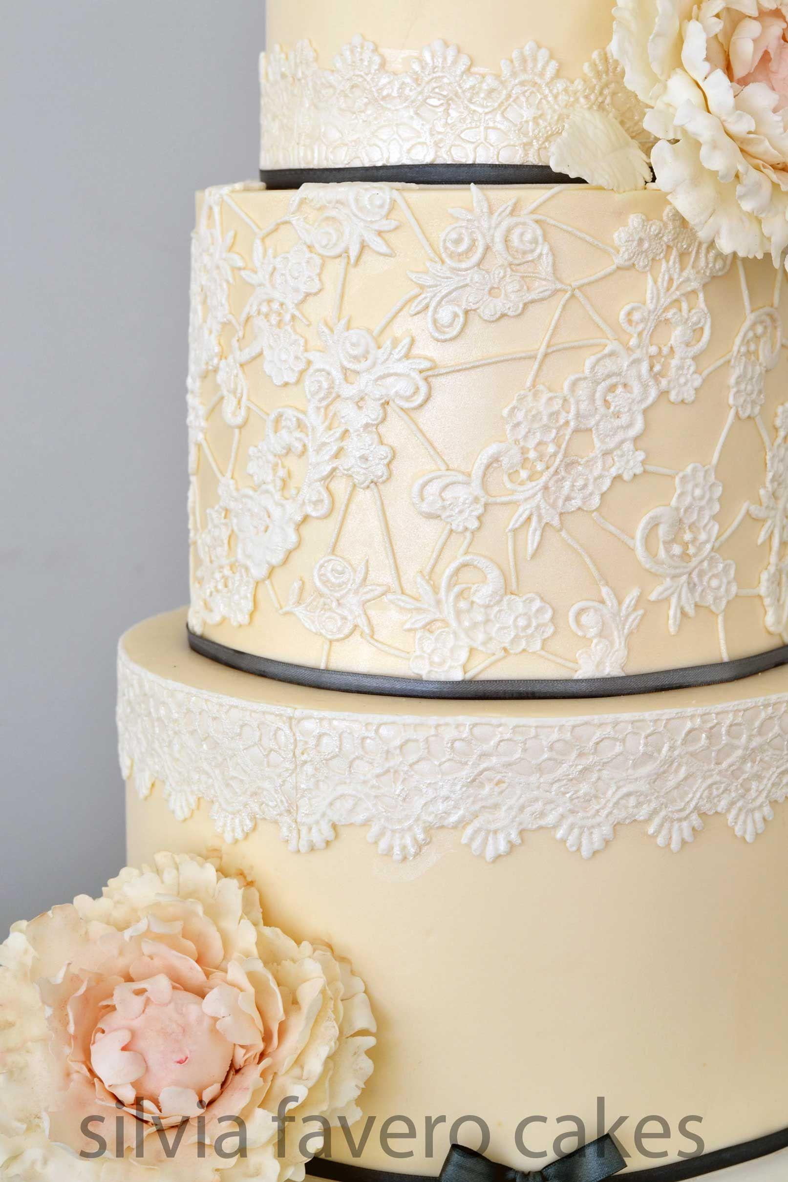 El encaje de la torta de bodas y sus peonías | The laces and peonies ...