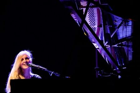 Agnes Obel | Agnes Obel am Klavier