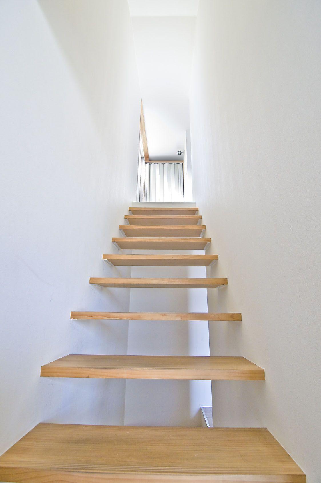 Een mooie neutrale trap met witte muren.