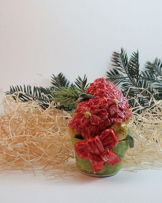 Cestino natalizio con arance e stella di natale natalizio in ceramica modellato e decorato a mano. Christmas basket with oranges and poinsettia Christmas ceramic modeled and decorated by hand.