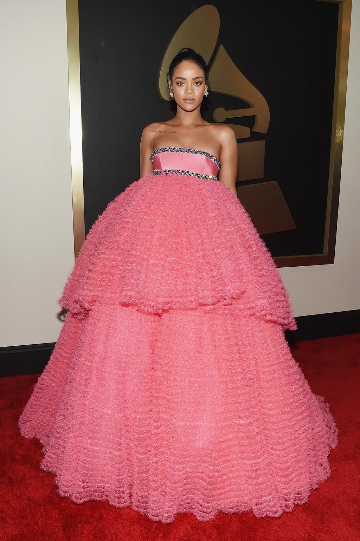 Tampoco pasó desapercibida Rihanna con su voluminoso vestido rosa de ...
