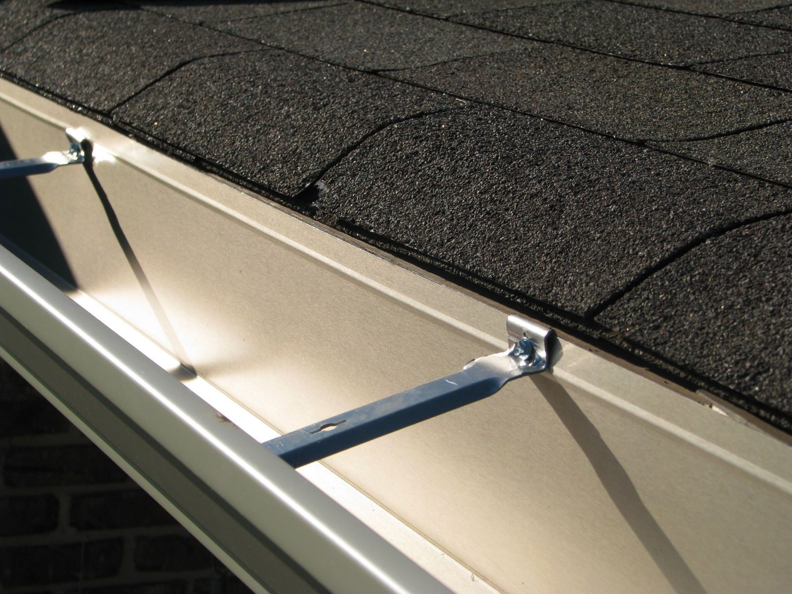 Is Gutter Installation Cost Varies Or Not Contact Sunhinegutterspro For Genuine Installatio With Images How To Install Gutters Cleaning Gutters Rain Gutter Installation