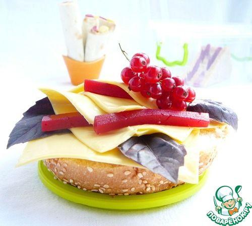 Сочетание кисло-сладкого мармелада, ароматного базилика и нежного, чуть оплавленного сыра на теплой булочке просто сказочное Источник: http://www.povarenok.ru/recipes/show/92067/