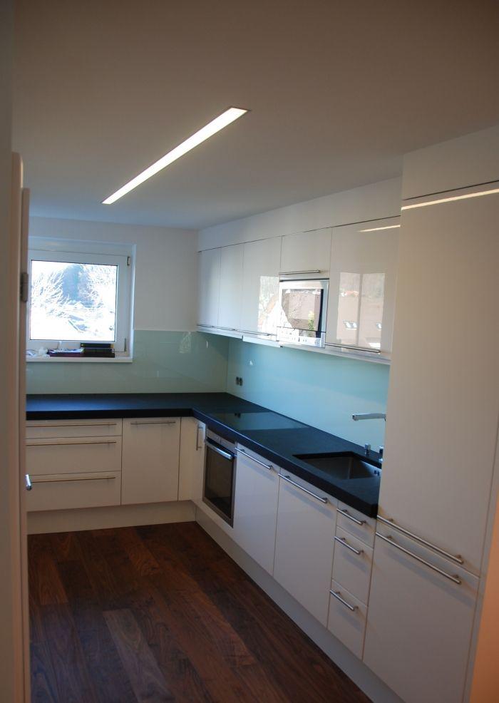 küche | hochglanz firnweiss lackiert | Stein-Arbeitsplatte 5 cm nero ...