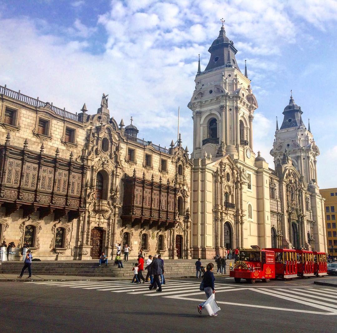 La Catedral de #llma es hermosa y el dïa de hoy fue perfecto para capturar esa belleza qué opinan?  www.placeok.com  #placeok #placeokstudio #travelblog #travelbloggers #experiencelima #visitlima #visitperu #viajaseguro #photowalk #streetphoto #instagood