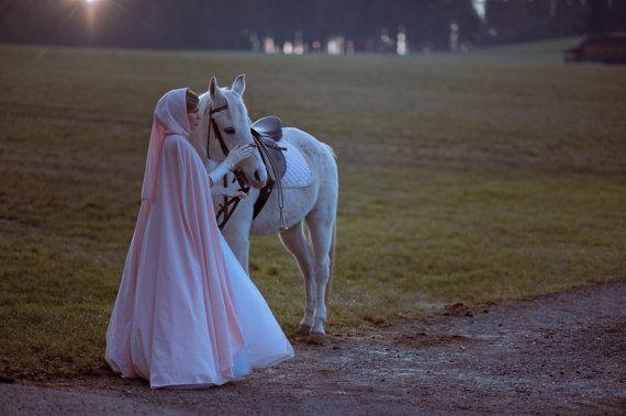 Drei Haselnusse Fur Aschenbrodel Hochzeit Umhang Mit Kapuze Etsy Winter Wedding Cape Wedding Cloak Cinderella Wedding
